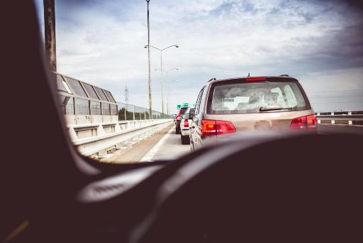Vue d'une voiture en train de co-covoiturer : les covoitureurs peuvent se faire coucou d'un véhicule à l'autre pour encore plus de convivialité !